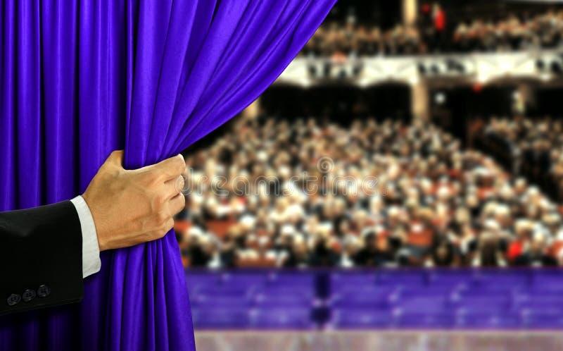 手露天舞台帷幕和观众 库存照片