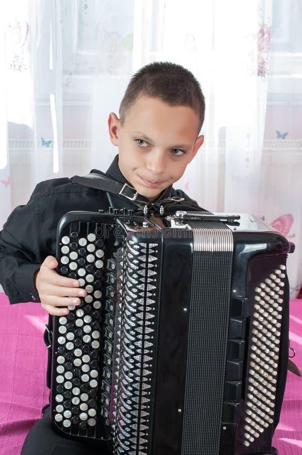 年轻手风琴师 免版税图库摄影