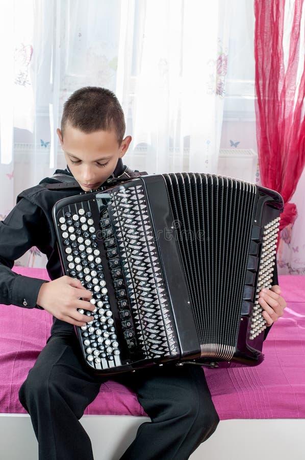 年轻手风琴师 图库摄影