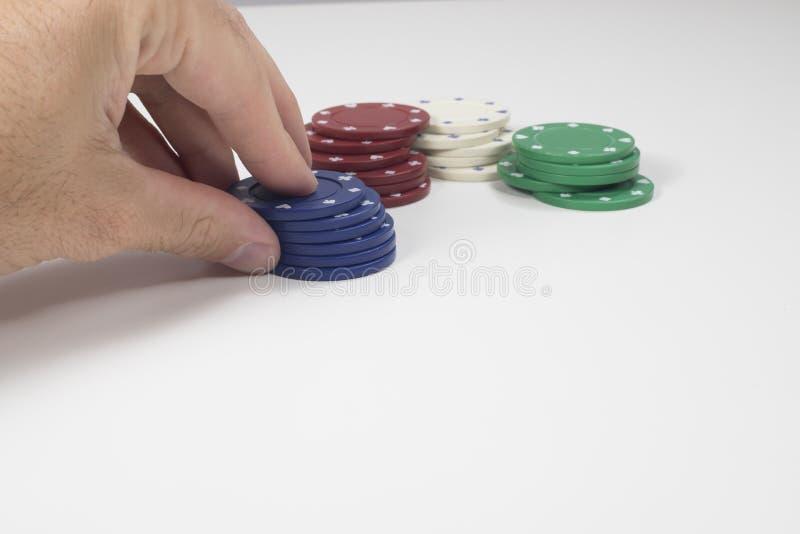 手移动的堆蓝色纸牌筹码 免版税图库摄影