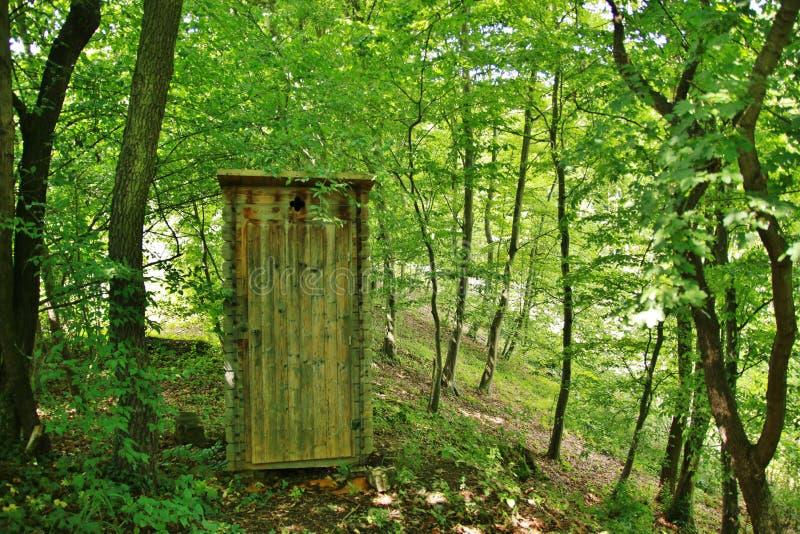 洗手间在森林里 免版税库存照片