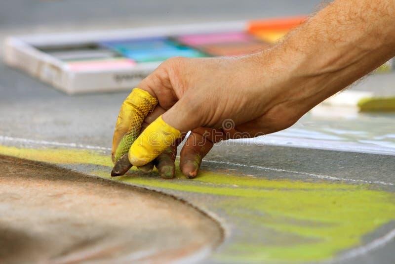 手画在街道上的白垩艺术在秋天节日