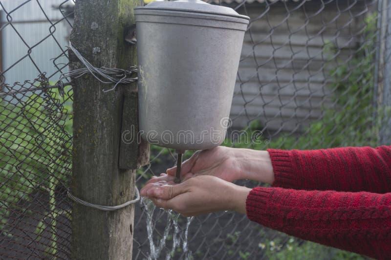 手洗涤物在一个老农村盥洗盆的 免版税库存图片