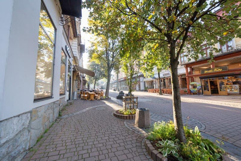 扎科帕内,波兰- 2018年10月6日 在空的Krupowki街上的清早在扎科帕内在波兰 图库摄影