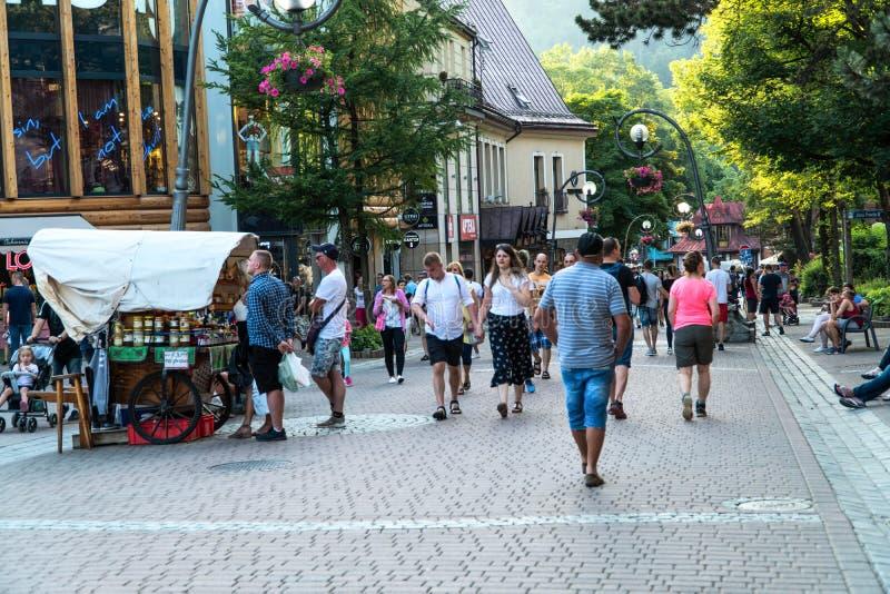 扎科帕内,波兰2019年6月 krupowki走在街道上的街道游人在夏天晚上 免版税库存图片