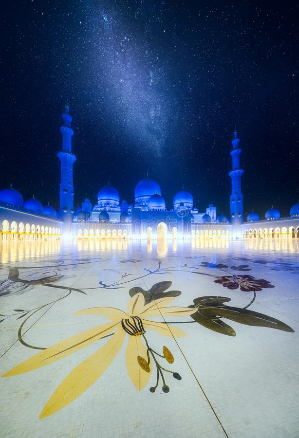 扎耶德在黄昏的Grand Mosque,阿布扎比,阿拉伯联合酋长国回教族长 免版税库存照片