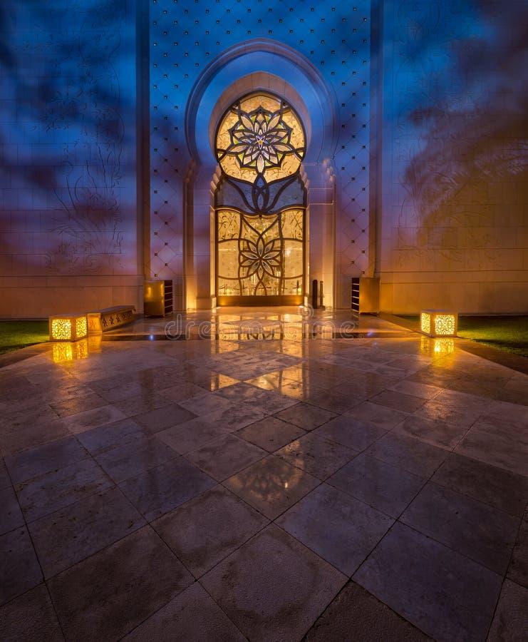 扎耶德Grand Mosque回教族长在有美好的光反射的阿布扎比 库存图片