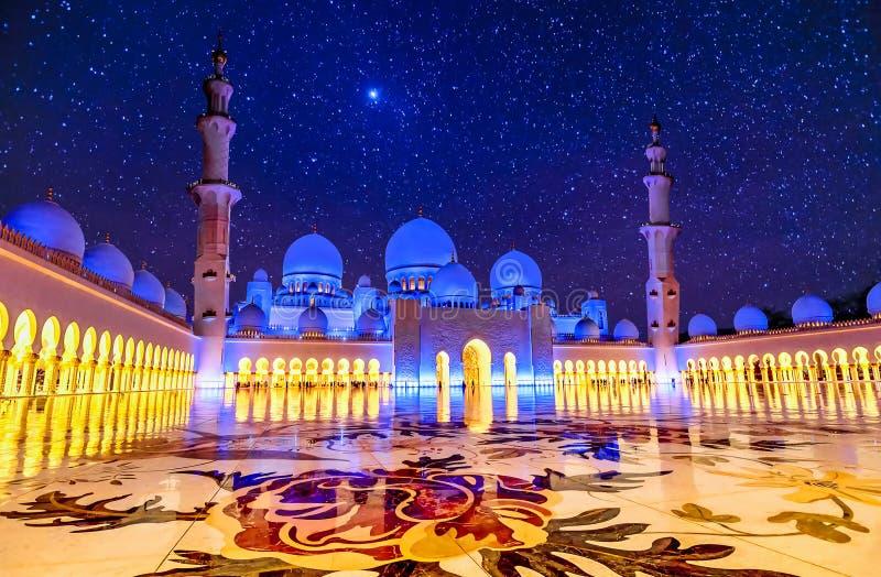 扎耶德Grand Mosque回教族长在阿布扎比,阿拉伯联合酋长国在晚上 免版税库存照片