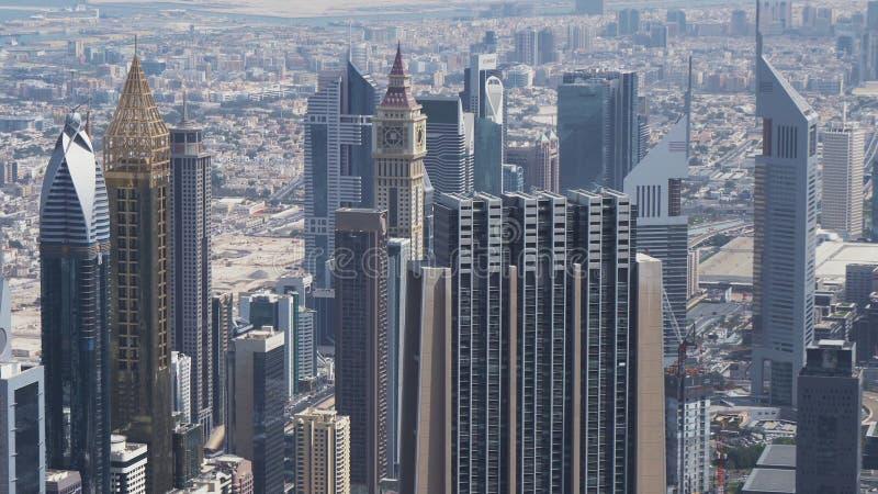 扎耶德Road回教族长的现代摩天大楼,在迪拜的财政区的心脏 库存图片