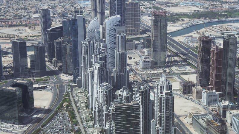 扎耶德Road回教族长的现代摩天大楼,在迪拜的财政区的心脏 免版税库存照片