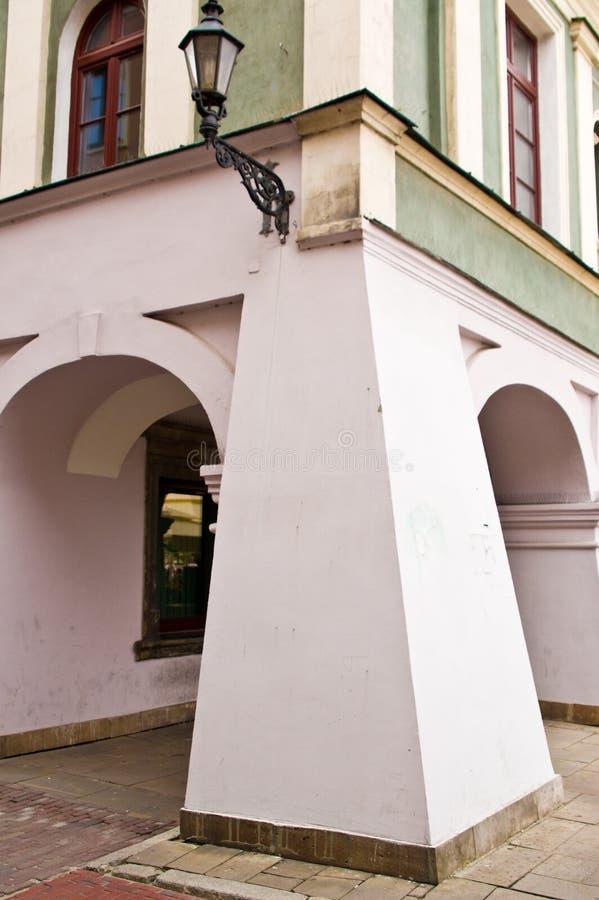 扎莫希奇波兰:与典型专栏的老镇大厦细节 库存图片