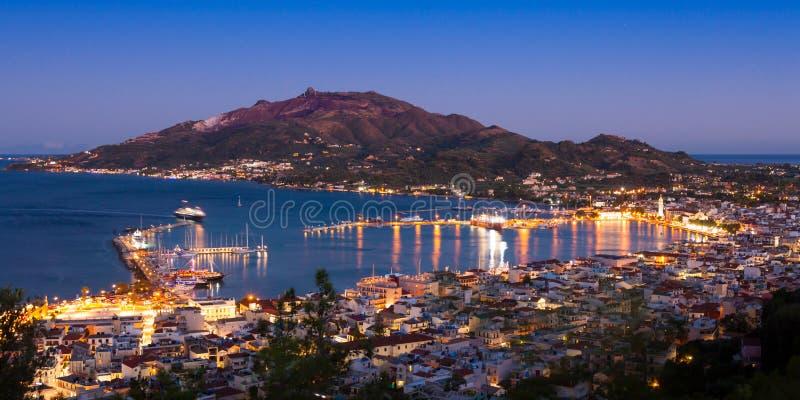 扎金索斯州市全景空中夜视图在Zante海岛, 免版税库存图片