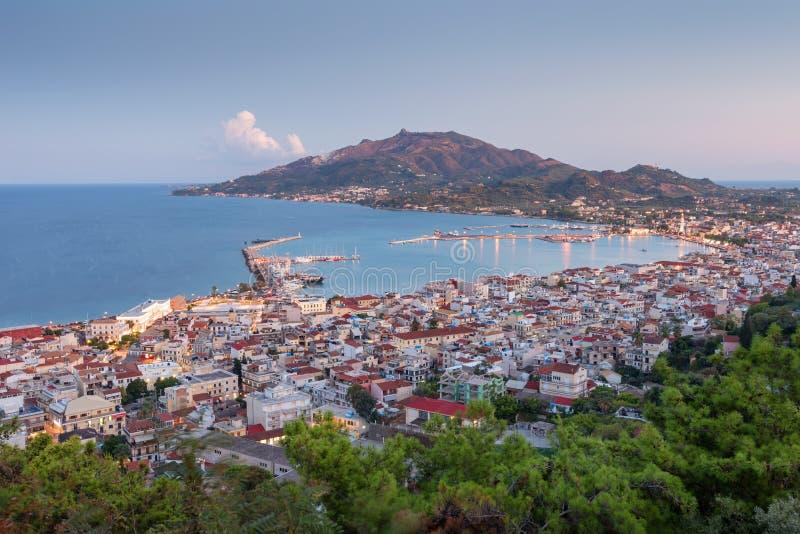 扎金索斯州Zante镇鸟瞰图日落的 希腊市美好的都市风景全景  旅行的概念背景 免版税库存照片