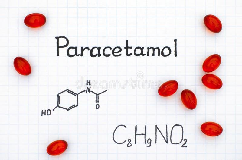 扑热息痛和红色药片化学式  库存照片