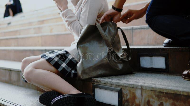 扒手窃贼采取了钱包俏丽的女孩 免版税库存图片