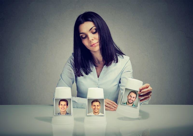 打一场魔术诀窍比赛的妇女做出男朋友选择 免版税库存照片