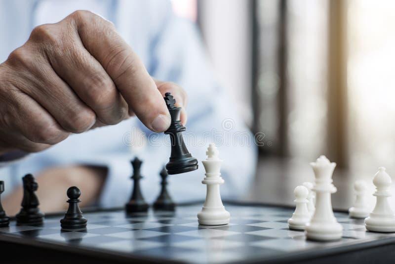 打下棋比赛的确信的商人同事的手对发展分析新的战略计划、领导和配合 免版税图库摄影