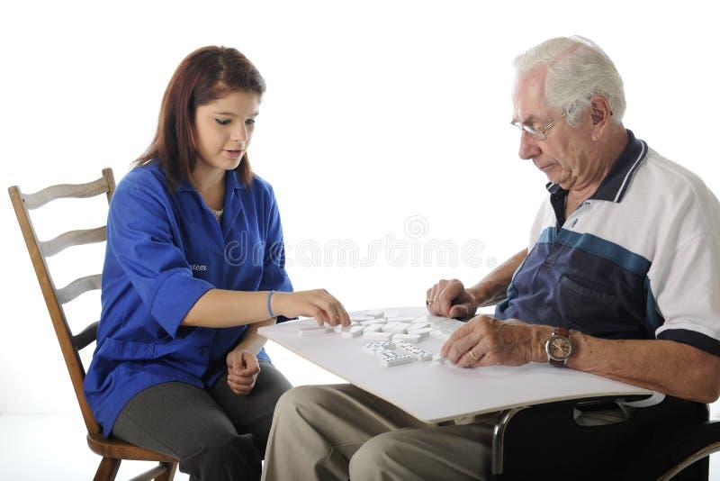 打与年长的人的比赛 库存照片