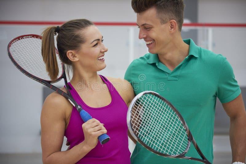 打与朋友的墙网球 图库摄影