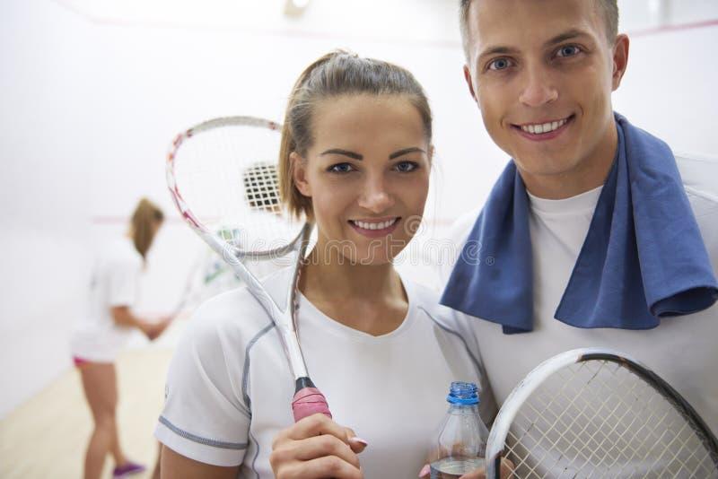 打与朋友的墙网球 免版税图库摄影