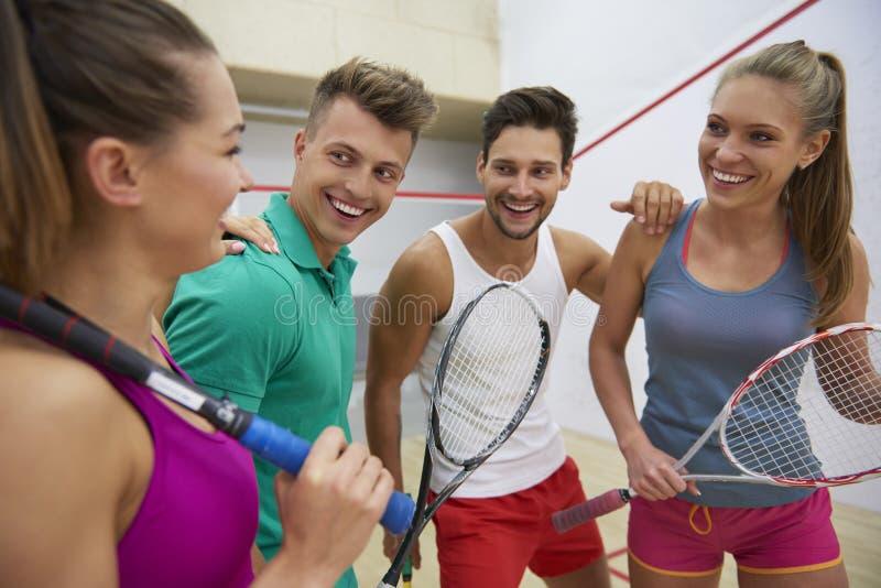 打与朋友的墙网球 免版税库存图片