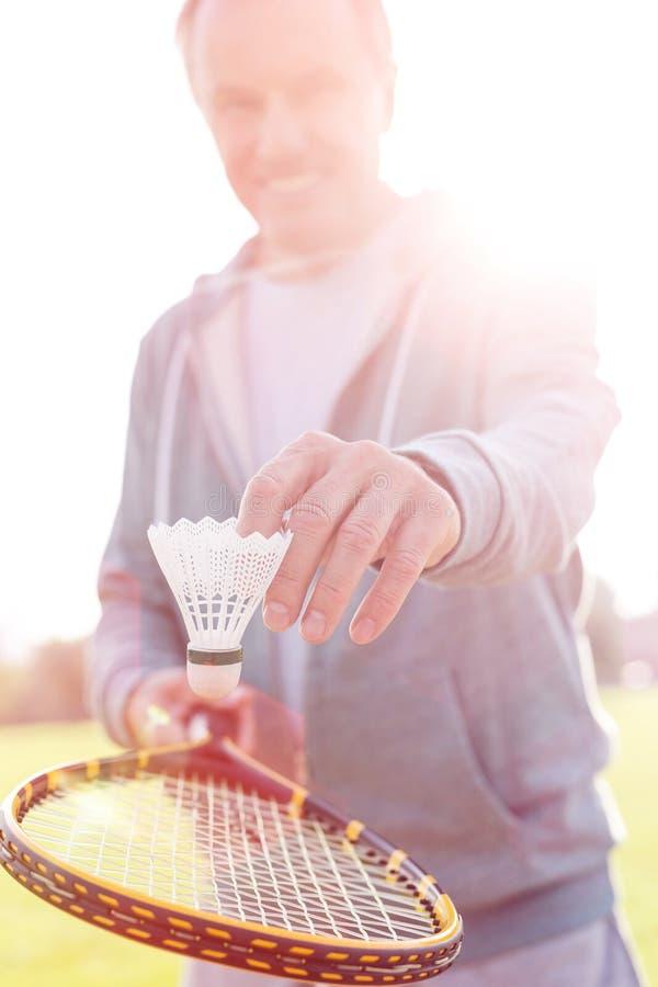 打与网球拍的老人羽毛球在公园 库存图片