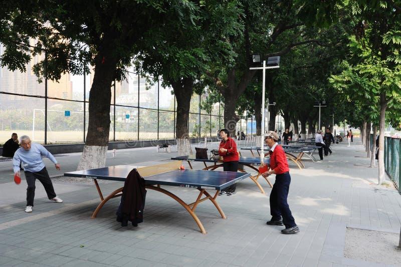 打乒乓球的中国老人 免版税库存照片
