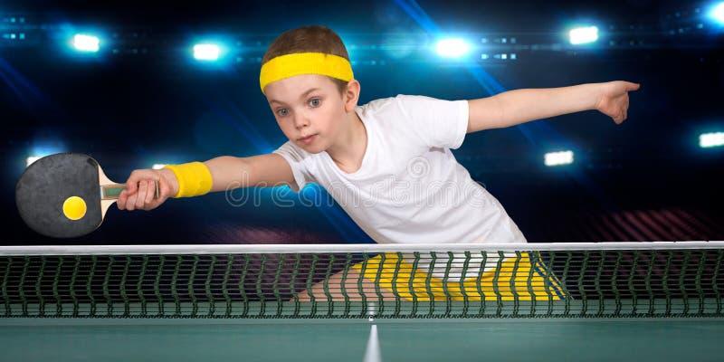 打乒乓球的儿童男孩的画象 免版税库存图片