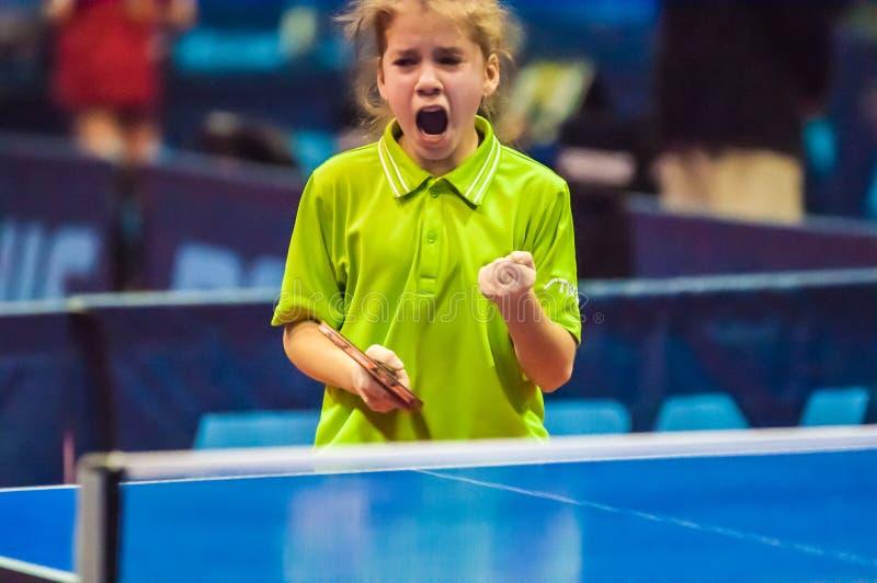 打乒乓球的女孩, 图库摄影
