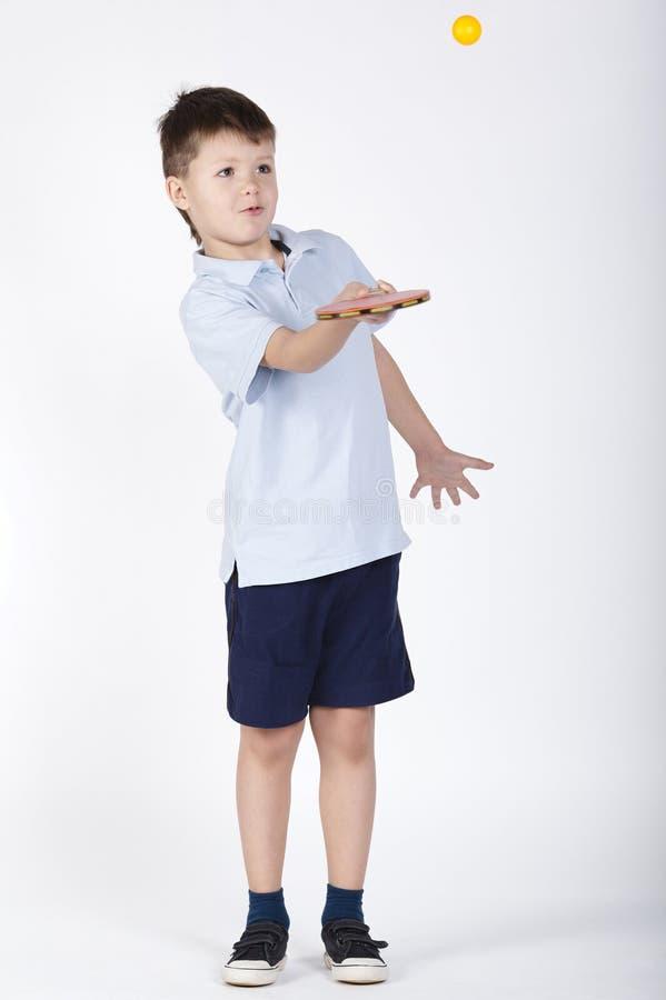 打乒乓球的男孩照片 库存图片