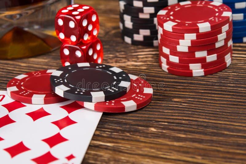 打从芯片和卡片的扑克的木桌概念 库存照片