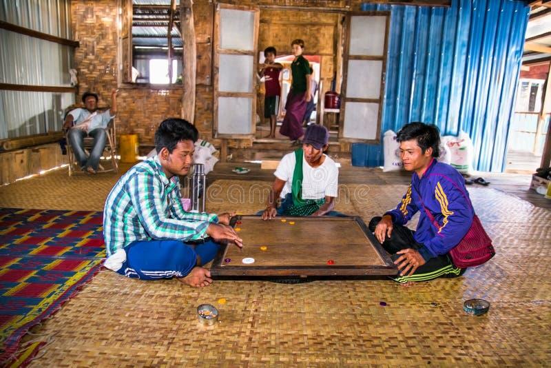 打传统比赛的未认出的burmes在浮动村庄 库存照片