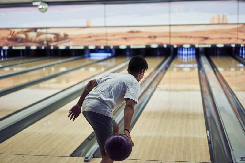 打保龄球的年轻男孩 免版税图库摄影
