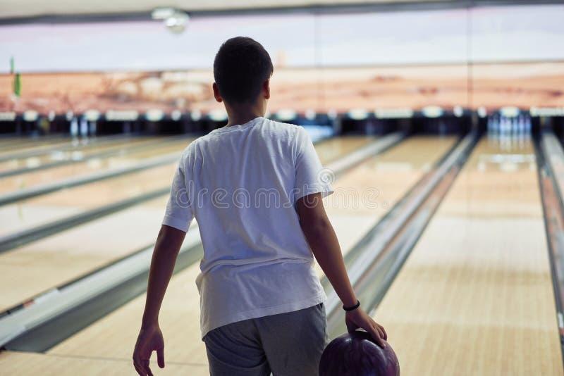 打保龄球的年轻男孩 图库摄影