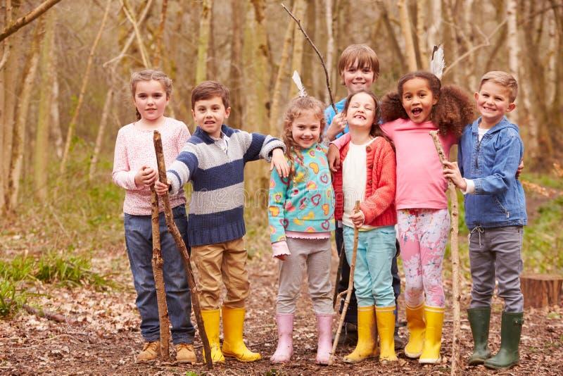 打冒险比赛的孩子画象在森林里 免版税图库摄影