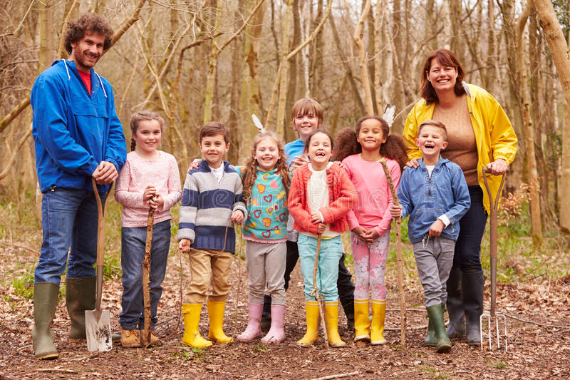 Download 打冒险比赛的成人和孩子在森林里 库存照片. 图片 包括有 愉快, 水平, 子项, 羽毛, 女性, 乐趣, 发现 - 59780028