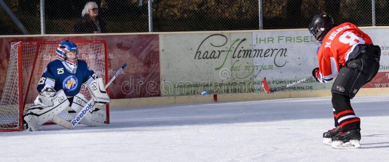 打冰球的德国孩子 免版税库存图片