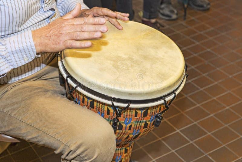 打击乐演奏者使用小鼓对节奏歌曲 免版税库存照片