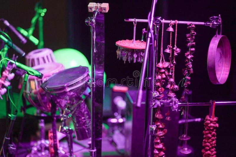 打击乐演奏者设置与很多元素 免版税库存照片