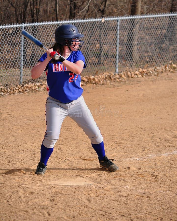 打击女孩青少年球员的垒球 图库摄影