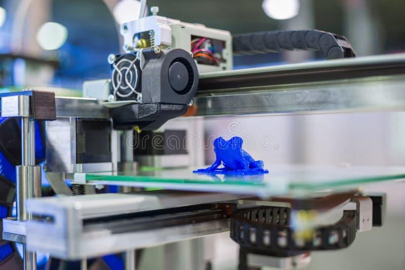 打印塑料模型的自动三维3D打印机机器 图库摄影