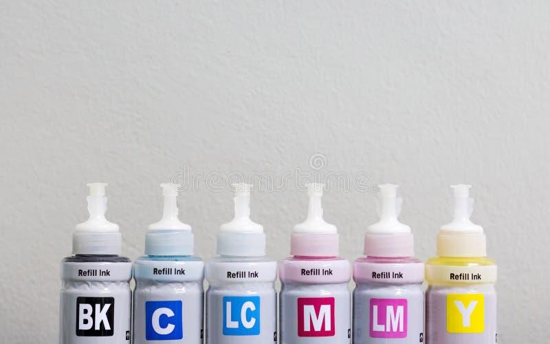 打印机机器和copyspce背景的墨迹瓶 印刷商业的CMYK颜色 免版税库存照片