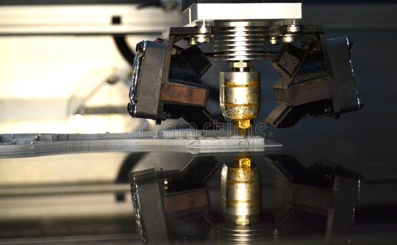 打印灰色对象的打印机在镜子反射性表面特写镜头 免版税库存图片