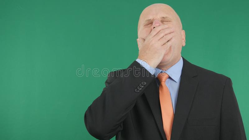打呵欠与绿色屏幕的疲乏的商人在背景中 库存照片