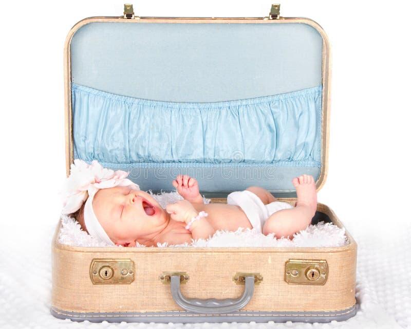打呵欠婴孩的手提箱 免版税库存照片
