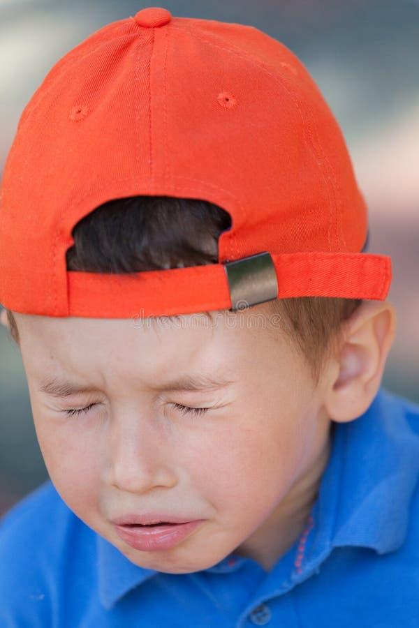 打喷嚏小逗人喜爱的男孩 小男孩以流感或过敏 图库摄影