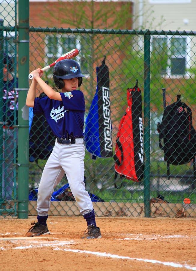 打在棒球比赛的男孩 免版税库存照片
