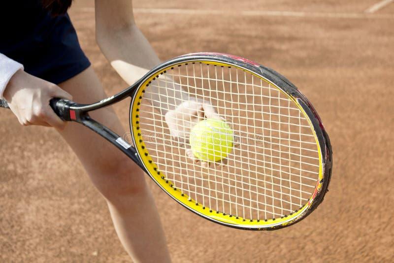 打在法院的年轻女人网球 库存照片