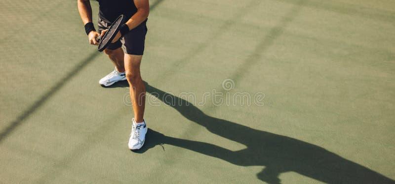 打在硬地网球的网球员网球 图库摄影