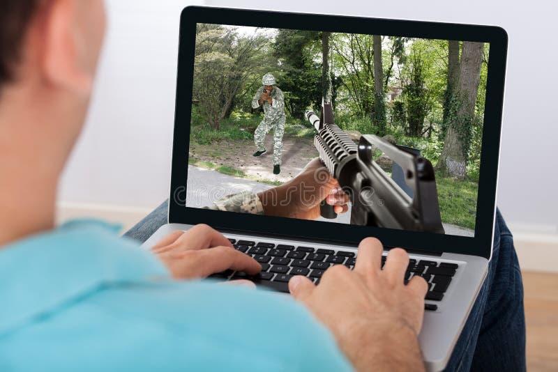 打在膝上型计算机的人作用对策 免版税图库摄影